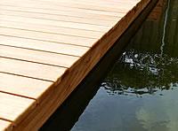 Tips voor het leggen van een terras of vlonder van hardhouten vlonderplanken - Outs zwembad in de tuin ...